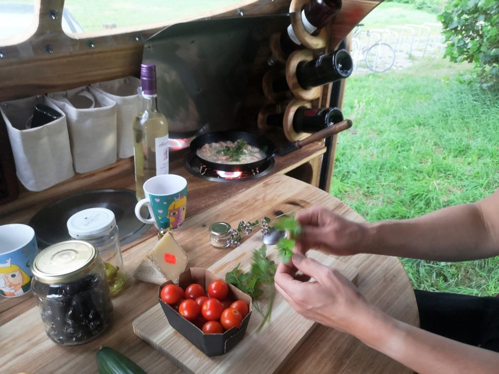 Küche im Camping-Anhänger: praktisch und stylish.